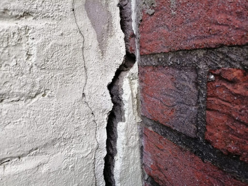 scheuren in een muur herstellen